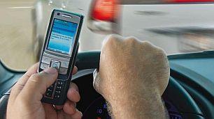 autofahren mit Handy.jpg